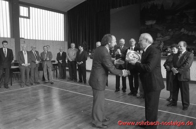1989 - Einweihung der renovierten TG Turnhalle. Oberbürgermeister Dr. Brandenburg gratuliert dem Vorsitzenden Alfons Kleber
