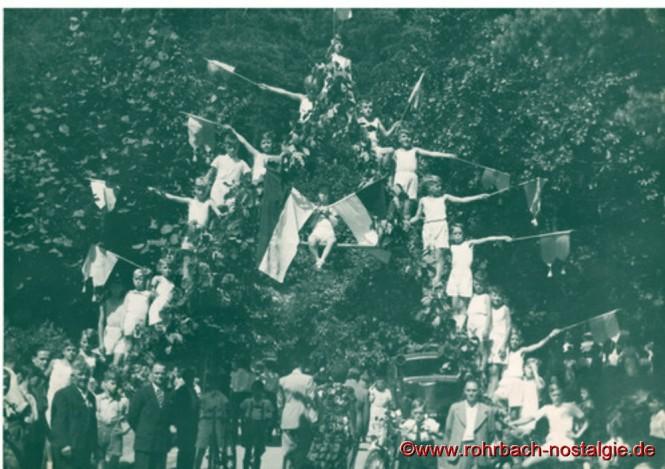 Um 1949 feierte man ein Waldfest am Hohen Wald. Junge Turner des Vereins bilden eine damals sehr beliebte Pyramide. Der junge Horst Schiehl bildet den Kopf der Pyramide