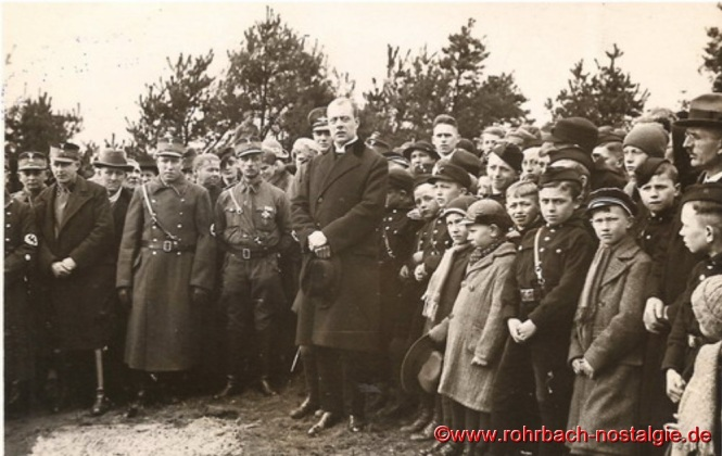 Am 5. September 1937 erfolgt die Einweihung der Saardankkirche auf dem Franzosenköpfchen. In der Bildmitte Pfarrer Heinrich Oberlinger