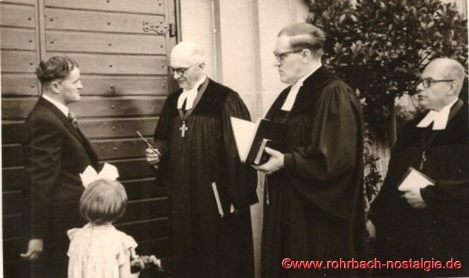 Architekt Kurt Thon überreicht den Schlüssel an den Dekan von Homburg. Daneben Pfarrer Fischer und Pfarrer Oberlinger