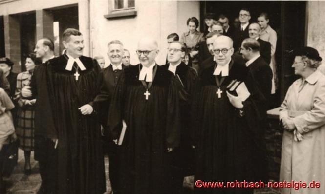 Die Pfarrer der umliegenden Gemeinden und der Dekan von Homburg vor der Pestalozzischule
