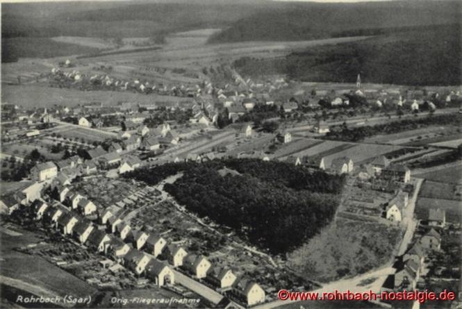 Luftaufnahme von Rohrbach mit der Hasseler Straße im Vordergrund und das Waldgebiet des Franzosenkopfes, auf dem heute die Christuskirche steht, aus der Zeit um 1933
