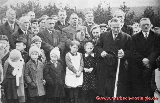 Spatenstich zur Saardankkirche am 1. März 1936 durch Presbyter Ludwig Pauly senior vom Glashütterhof (mit Schaufel)