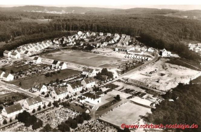 Im Februar 1960 ist Baubeginn. Unsere Luftaufnahme zeigt rechts die Baustelle der Johannesschule. In der Bildmitte der alte Sportplatz