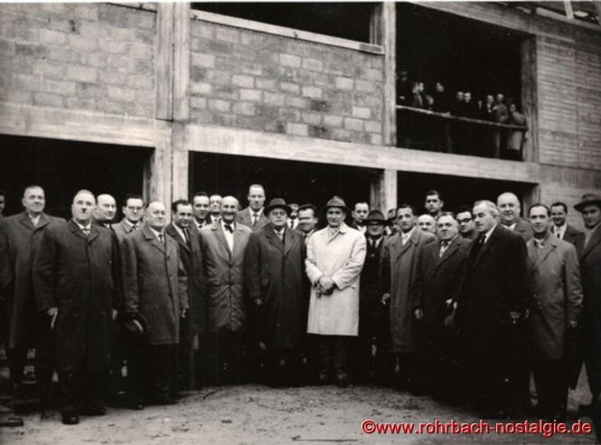 Bereits am 25. November 1960 wird Richtfest gefeiert. Im Bild die Herren des Gemeinderates, der Verwaltung, Bauleitung und der Baufirmen.