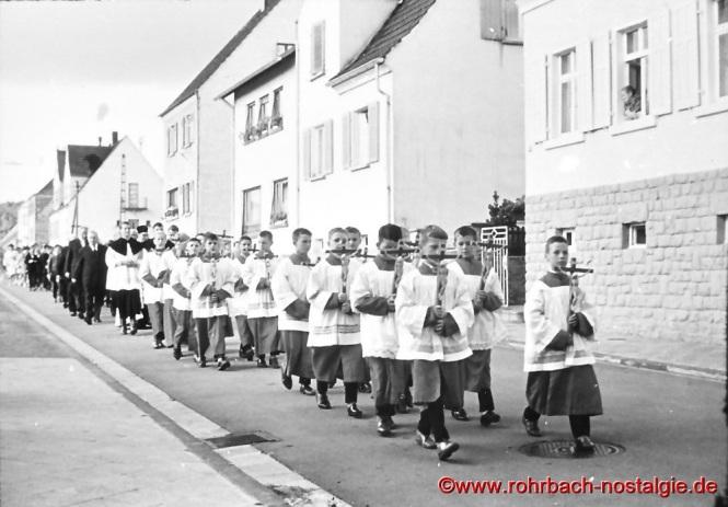 5.September 1962 - Messdiener tragen die 16 Schulkreuze