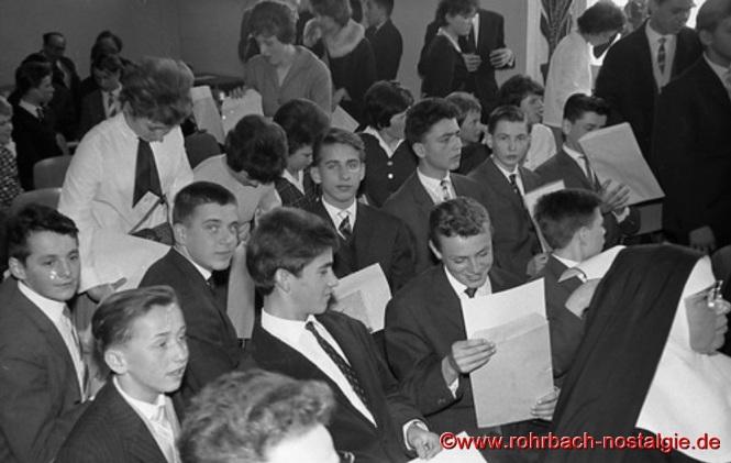 März 1963 - Der Geburtsjahrgang 1948 wird als erster Jahrgang im neuen Schulhaus entlassen Noch hatte die neue Schule keinen Namen. In der Lehrerkonferenz am 1. Juli 1963 entschied sich