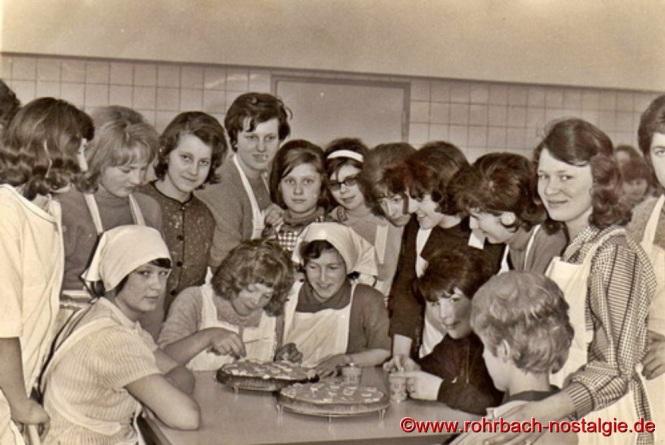 1964 - Mädchen des Jahrganges 1950 beim Kochkurs in der neuen Schulküche