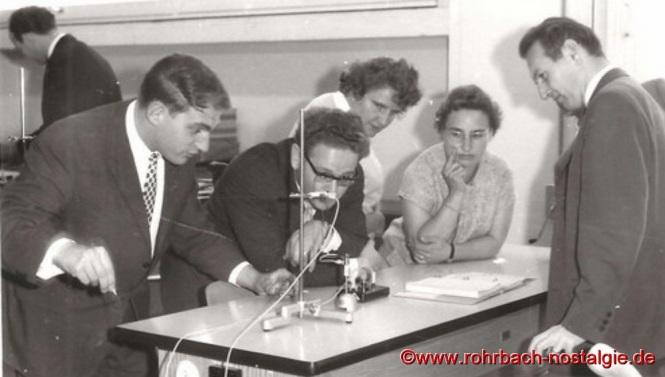 Am 7. Oktober 1964 wird der Physiksaal offiziell seiner Bestimmung übergeben. Auf dem Foto von links: Walter Stolz, Hans Bleif, Trudel Thiel, Regina Bächle, Kurt Wachall.