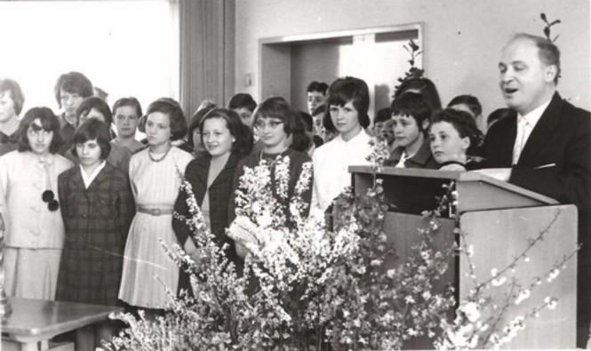 1965 - Der Schülerchor der Johannesschule und Rektor Egon Fisch bei der Verabschiedung von Oberlehrerin Katharina Gehring