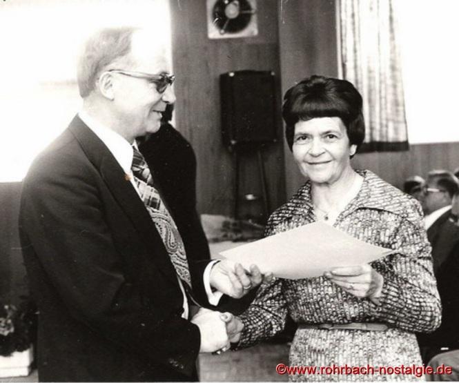 1968 - Schulrat Egon Fisch gratuliert der Konrektorin Else Jakob zum 25- jährigen Dienstjubiläum