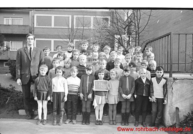 1969 Lehrer Norbert Feibel mit der 1. Klasse