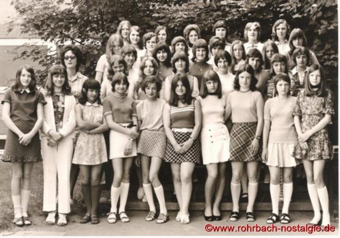 1971 - Die Mädchen des Geburtsjahrganges 1956-57 in der 9. Klasse mit Klassenlehrerin Christel Ries