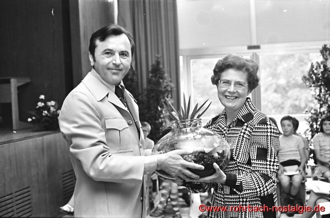 1975 Verabschiedung von Frau Elly Weirich durch Alfred Weber