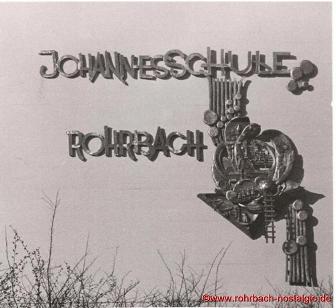 1989 - Ein vom Rohrbacher Künstler Robert Berrang (auch Lehrer an der Johannesschule) geschaffenes Relief wird an der Außenfassade der Johannesschule angebracht