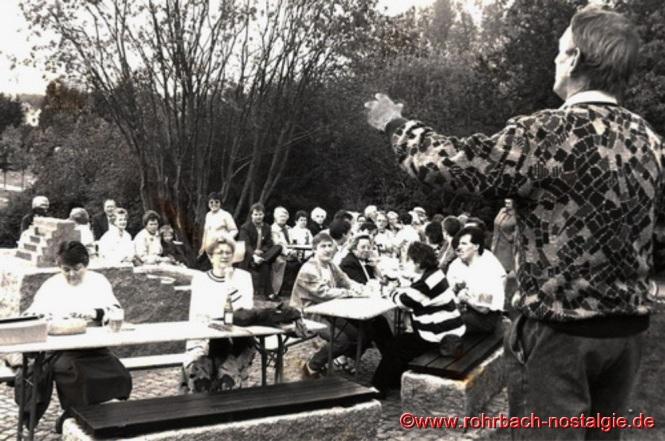 1991 - Beliebt sind auch immer die Maitreffs beim Brünnchenfest auf dem Marktplatz. Hier werden in geselliger Runde Mundartgedichte und Lieder vorgetragen.