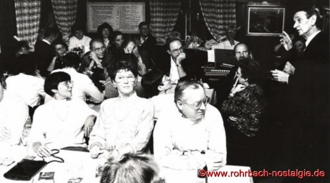 1991 - Gut besucht ist immer die Heimatstube auf dem Geistkircherhof, wenn wie hier im Bild Lothar Gehring, Geschichten aus seiner Kinder- und Jugendzeit in Rohrbach erzählt