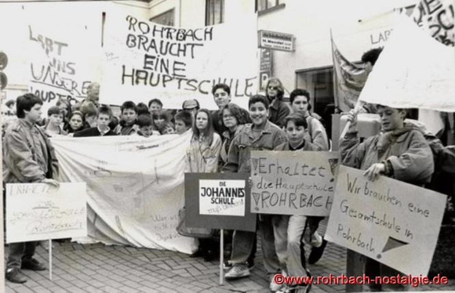 1992 - Schüler und Schülerinnen der Johannesschule demonstrieren für den Erhalt der Hauptschule in Rohrbach