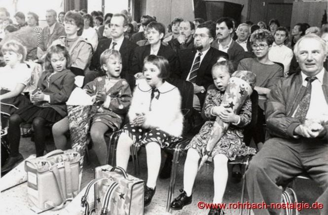 1992 - Aufnahme der ABC-Schützen in der Johannesschule. Rechts im Bild Schulleiter Kurt Wachall