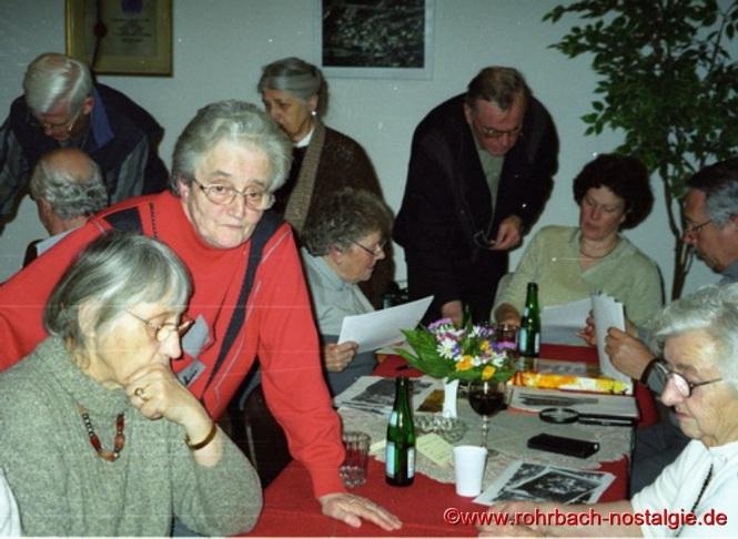 Beliebt sind auch immer wieder die Fototreffs in der Heimatstube. Hier wird bei mitgebrachten Fotos nach Daten und Namen geforscht