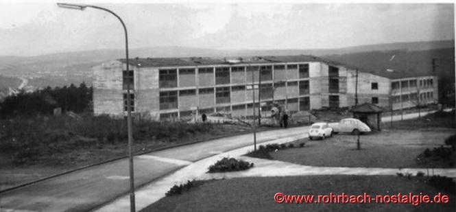 Am 22. Januar 1962 fegt ein schwerer Sturm über Rohrbach. Teile des Daches der neuen Schule fliegen bis zum nahegelegenen Sportplatz. Doch der Schaden kann schnell wieder behoben werden.