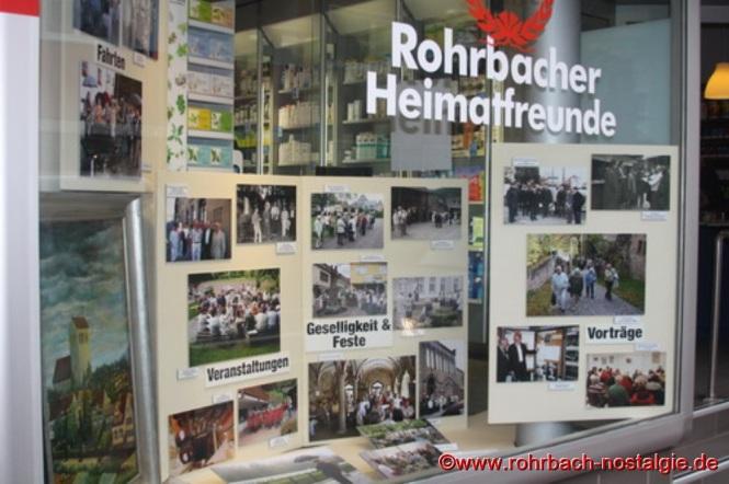"""Im Schaufenster der Rohrbach Apotheke von Christoph Dahlem ist zur Zeit eine Fotoausstellung über """"30 Jahre Heimatfreunde Rohrbach"""" zu sehen"""
