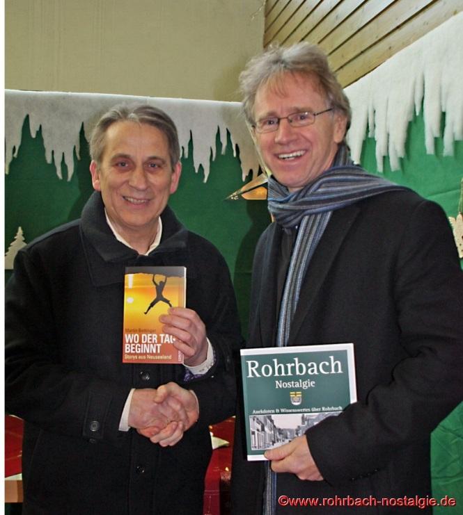 Die beiden erfolgreichen Rohrbacher Buchautoren Karl Abel und Martin Bettinger beim diesjährigen Weihnachtsmarkt am Stand der Rohrbacher Heimatfreunde