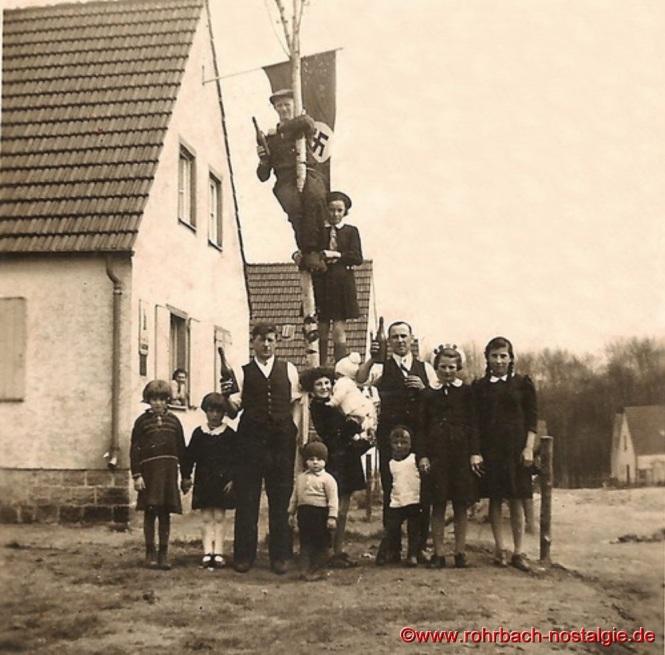 1. Mai 1938 - Errichtung eines Maibaumes auf der Siedlung. Auf dem Baum Jakob Barth und seine Tochter Erna