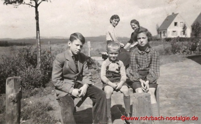 1941 - Auf dem Foto vorne von links: Josef, Gerhard und Emma Hegi. Hinten links Mutter Bertha Hegi und eine Frau aus Berlin, die auf Besuch ist