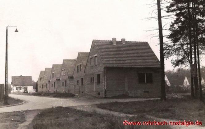 1953 - Der 1. Bauabschnitt nach dem Krieg. Die Häuser in der Sportplatzstraße vor der TG Turnhalle werden gebaut