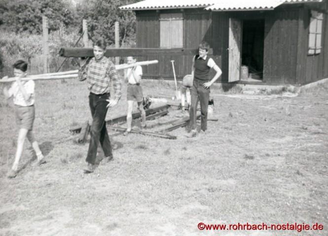 Materialtransport vom Heim auf dem Bremmenberg in die Au. Auf dem Foto rechts vorne Heini Wiesen, hinten Arnold Metzger