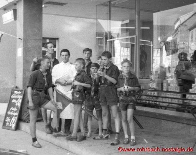 1961 - Rohrbacher Pfadfinder in Dahn. Auf dem Foto mit weißem Kittel Peter Jacob (Posthalter Peter), der in Dahn eine Lebensmittelfiliale leitet
