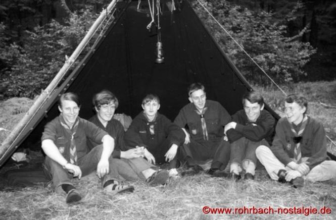 1963 - Pfadfinder vom Stamm Wikinger beim Pfingstlager im Frauental vor einer Kothe