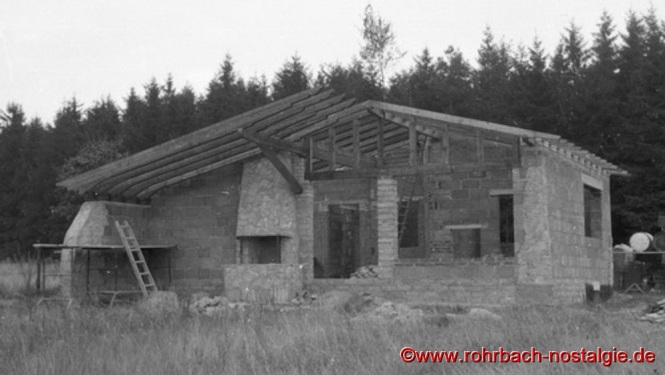 1961 - im Herbst ist der Rohbau fertig, ein kleines Richtfest wird gefeiert