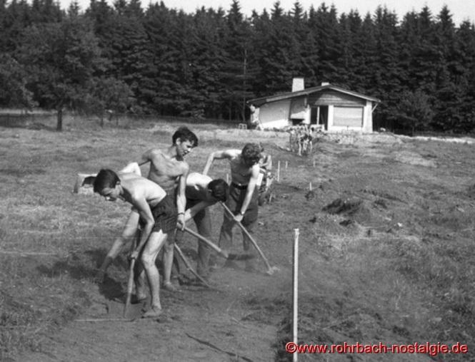1963 - Der Graben für Licht und Wasser wird wieder aufgefüllt
