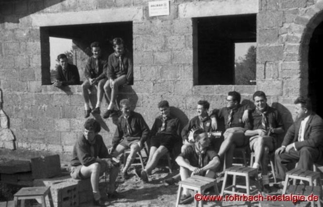 1963 - Rohrbacher und Blieskasteler Rover vor dem Rohbau. Auf dem Foto von rechts: Lothar Kaiser - Ingolf Hoffmann - Walter Höh - Walter Gehring ganz links am Fenster; vorne sitzend: Lothar Gehring