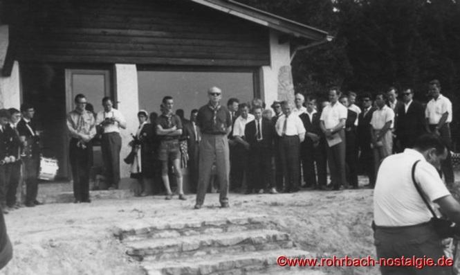 1964 - Landesfeldmeister Albert Rottorf während den Einweihungsfeierlichkeiten bei seiner Begrüßungsrede. Dahinter der Männerchor 1860 Rohrbach und die Mitglieder des Rohrbacher Gemeinderates