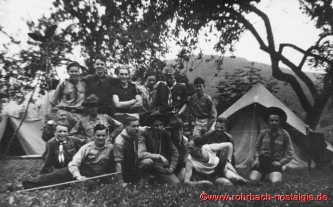 """1951 - Internationales Pfadfindertreffen in Echternach (Luxemburg). Auf dem Foto stehend 2. von links Lothar Gehring und ganz rechts dessen Bruder Walter. In der vorderen Reihe 2. von links: Gerhard Grimm, PdS-Stamm """"Ritter Heim"""" St.Ingbert"""