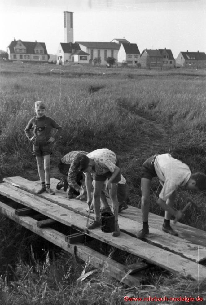 Um 1959 - Pfadfinder bauen in der Au einen Steg über den Rohrbach. Auf dem Foto links stehend Willi Wagner