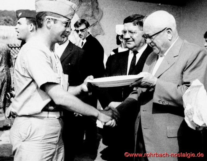 1964 - Bürgermeister Jakob Oberhauser überreicht Rohrbachteller an BoyScouts aus Metz. In der Mitte Gemeinderatsmitglied Anton Lauer
