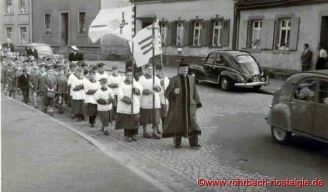 """Hinter dem """"Kirchenschweizer"""" Wendel die Messdiener Günter Rohe - Josef Wagner - Hans Hussong"""