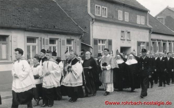 Hinter den Messdienern, die kirchlichen Vertreter. die Schwestern und die Herren des Kirchen- und Gemeinderates