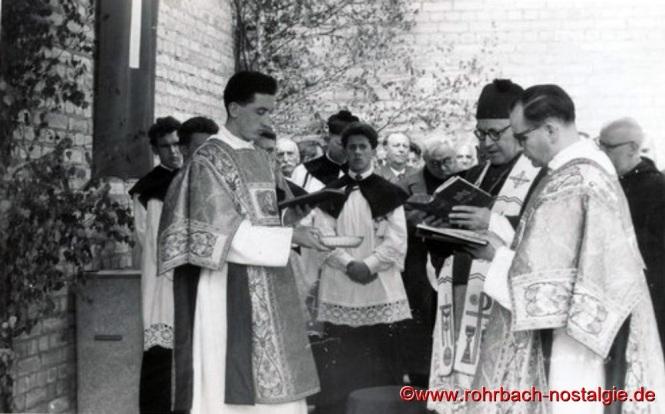 12. Mai 1957 - Domkapitular Dr. Schreiber, dritter von rechts, segnet das neue Gotteshaus