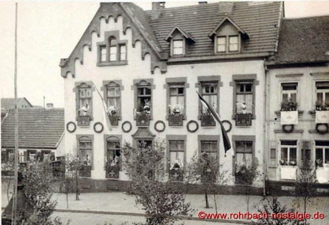 Das 1901 umgebaute Pfarrhaus, geschmückt an Fronleichnam 1936