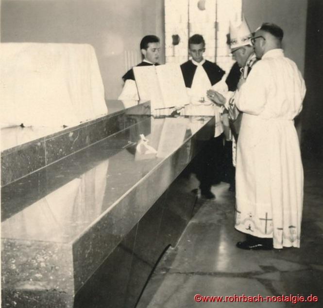 28. September 1958 - Einweihung durch den Bischof von Speyer, Dr. Isidor Markus Emanuel. Auf dem Foto von links die Messdiener Peter Jacob (Posthalter Peter) und Friedhelm Pfeifer.