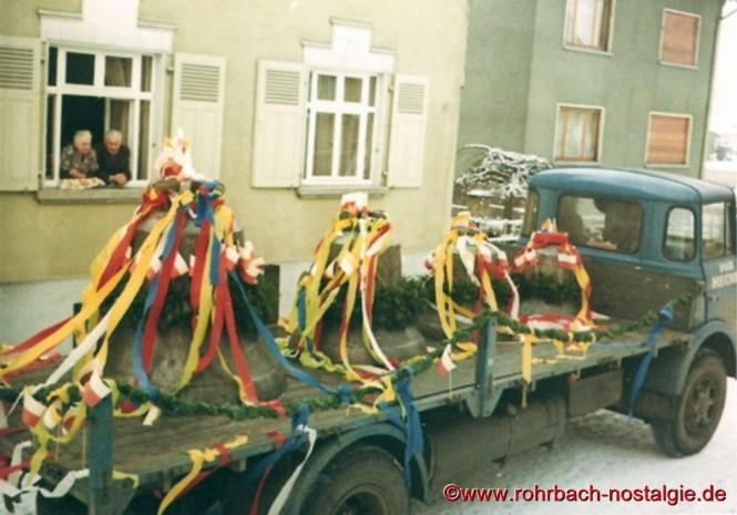 Im März 1963 - Die vier festlich geschmückten Glocken werden angeliefert