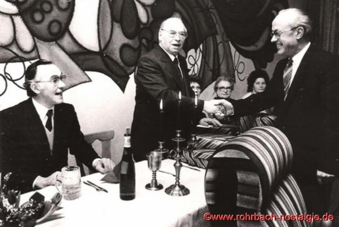 1984 – Pfarrer Leo Köller (Bildmitte) feiert seinen 70. Geburtstag. Zu den Gratulanten zählen sein Nachfolger Georg Dahl rechts und Ernst Roth links im Bild, der von 1963 bis 1967 als Kaplan in Rohrbach tätig ist