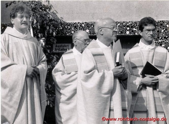 1989 am 20. Juni feiern die beiden Neuprieser Berthold Koch links und Thomas Diener Primiz in St. Johannes. Mit auf dem Foto Pfarrer i.R. Leo Köller und Pfarrer Georg Dahl