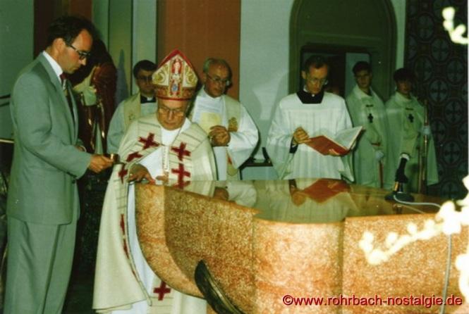 1993 - Weihbischof Ernst Gutting weiht den neuen Altar der Pfarrkirche St. Johannes
