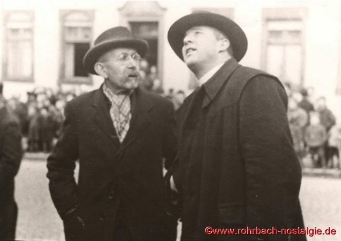 1942– Adam Vogelgesang und Pfarrer Karl Holz beobachten, wie die Glocken vom Glockenstuhl gehievt werden
